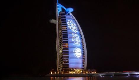 La campagna promozionale per l'Expo 2020 non risparmia gli edifici simbolo della città.
