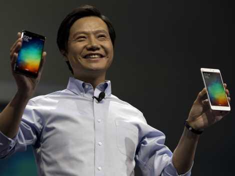Il CEO di Xiaomi con i prodotti di punta dell'azienda cinese